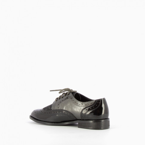Perforated and serrated black derbys
